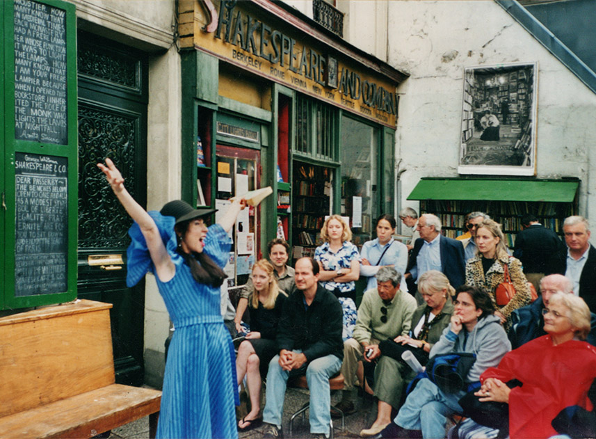 Storytelling in front of the Shakespeare & Co bookshop in Paris.